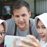 """5 Potret Keren Stuart Collin, yang Jadi """"Penjual Gorengan"""" Kekinian di Bogor"""