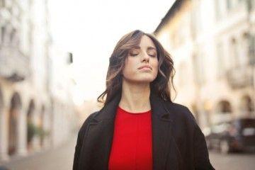 5 Momen Simpel yang Bikin Cewek Ngerasa Cantik, Kamu Banget Gak?