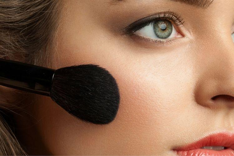 Biar Selalu Terlihat On Point, Ini Makeup yang Harus Ada di Tas!