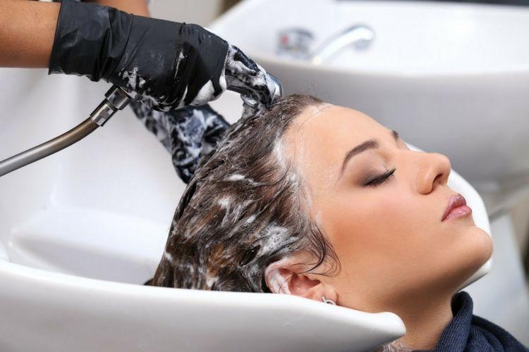 Cuci rambut dengan air dingin. Ini Rahasia Hasil Blow Rambut yang Tahan Lama 9a2133d03a
