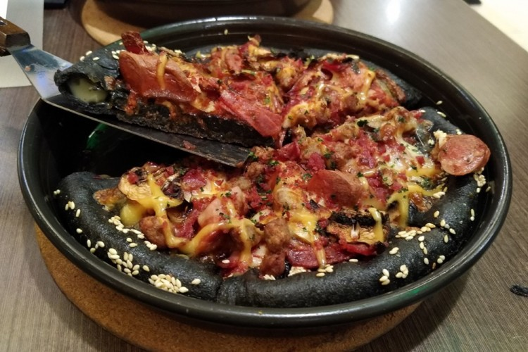 Pizza Hitam Diprediksi Akan Jadi Makanan Kekinian Tahun Ini