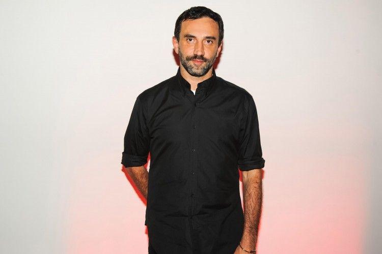 Riccardo Tisci Resmi Menjadi Desainer Baru Burberry