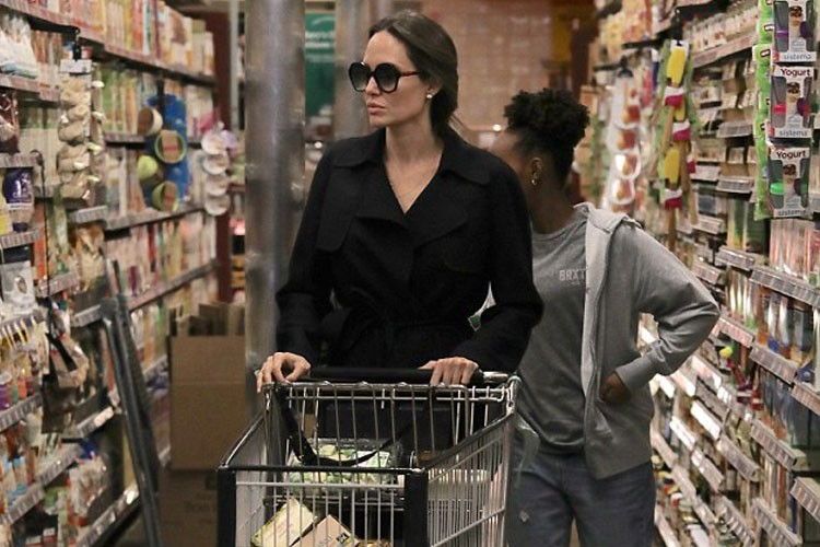 Gaya Hingga Makanan yang Dibeli Angelina Jolie Saat Belanja Bulanan