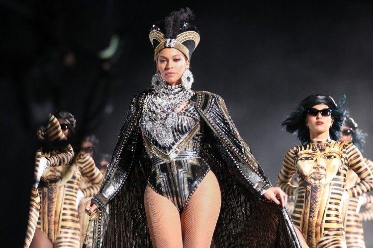 Tampil Memukau, Beyoncé Kenakan Busana Karya Balmain di Coachella 2018