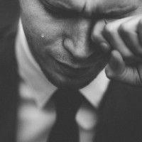 12 Hal yang Dipikirkan Cewek Saat Melihat Cowok Menangis