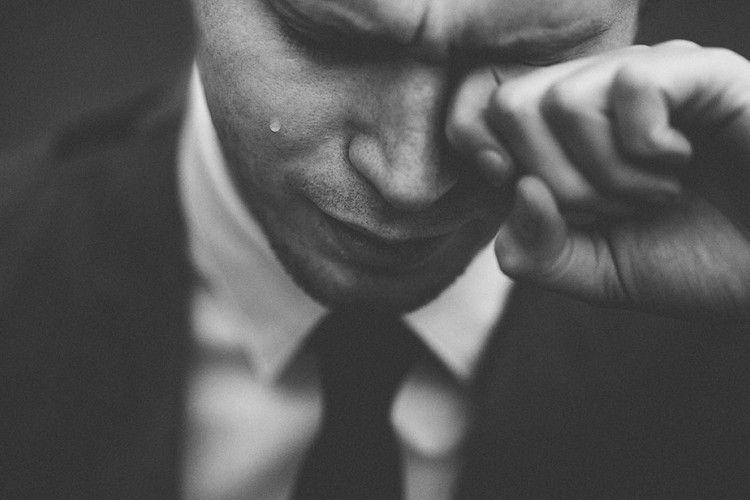 12 Hal yang Dipikirkan Perempuan Saat Melihat Laki-Laki Menangis