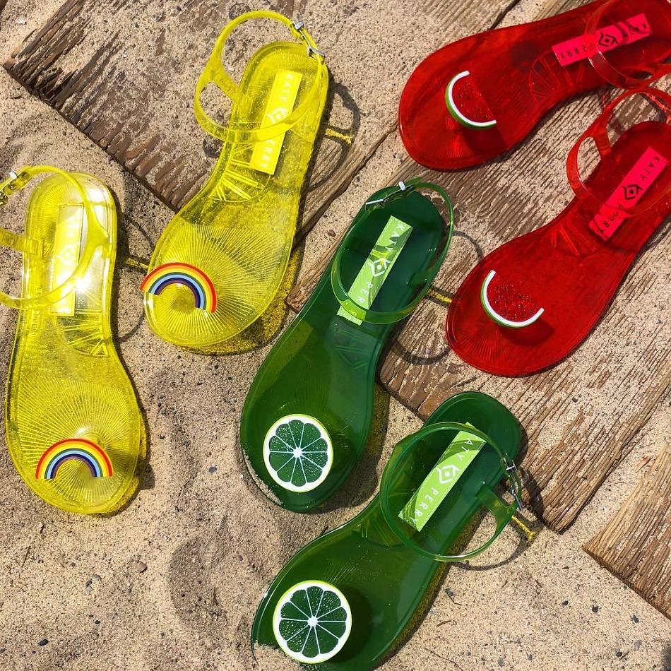 Katy Perry Luncurkan Sandal Jelly Terbarunya dengan Aroma Buah-buahan