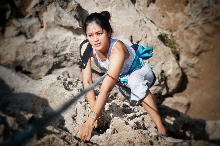 5 Seleb Perempuan Ini Ternyata Gemar Mendaki Gunung, Siapa Aja Ya?