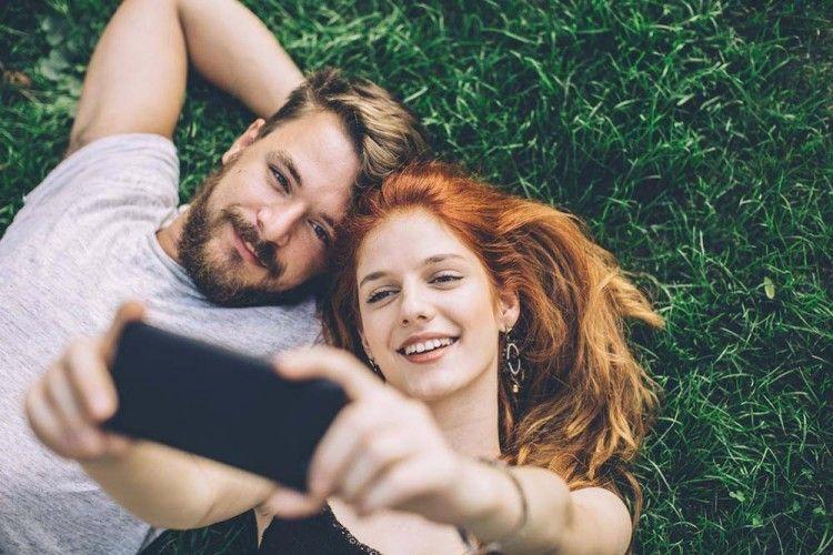 7 Alasan Kenapa Cowokmu Jarang Pamer Kemesraan di Media Sosial