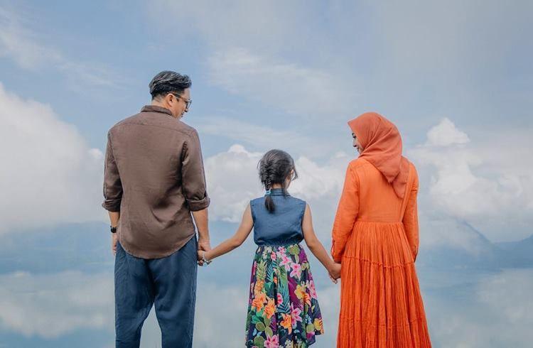 Nggak Melulu Gaun, Ini 7 Foto Prewedding Sederhana Artis Indonesia