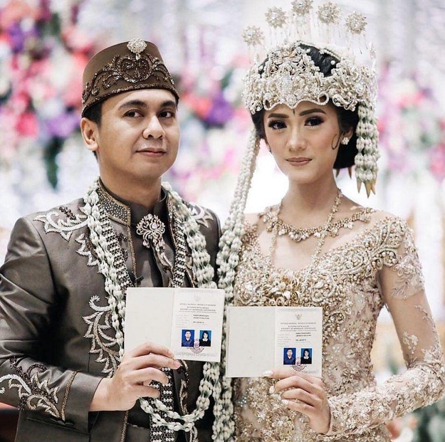 Resmi Menikah, Raditya Dika dan Anissa Aziza Tampil Menawan Kenakan Busana Adat Sunda
