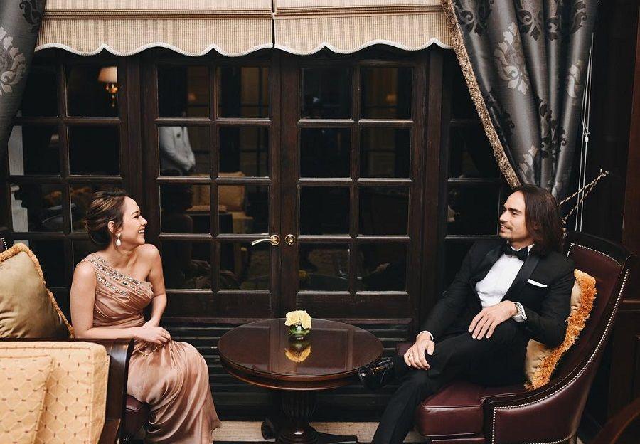 Couple Goals! Tak Hanya Romantis, Pasangan Ini Punya Gaya yang Modis Banget