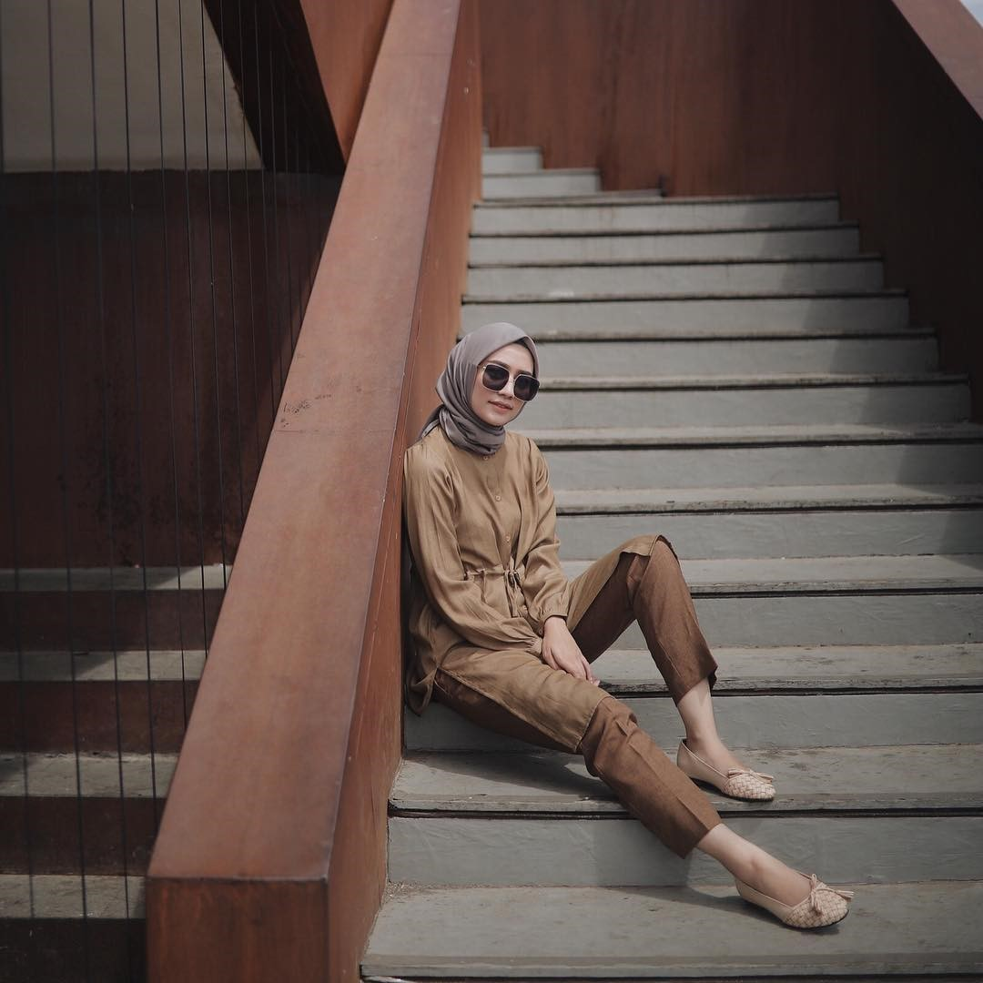 Tips Kombinasi Kerudung dan Outfit Kasual A la Mega Iskanti