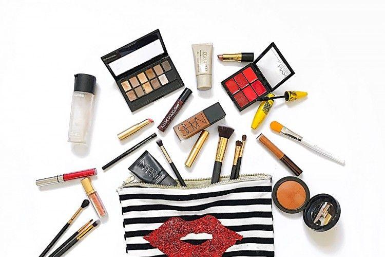 Nggak Banyak, Ini 7 Makeup yang Perlu Dibawa dalam Tasmu