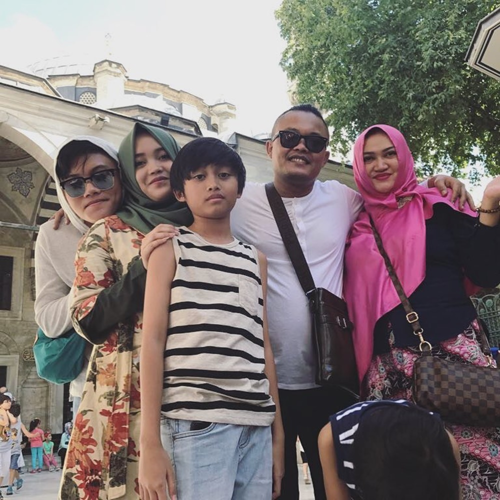Orangtuanya Bercerai, 10 Foto Ini Ungkap Kisah Manis Keluarga Rizky Febian
