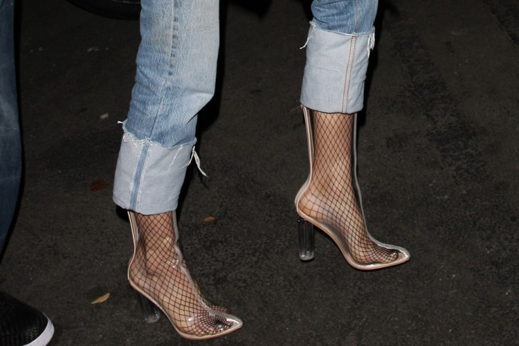 Plastic Shoes Memang Keren, Tapi Faktanya Berbahaya Buat Kesehatan Lho