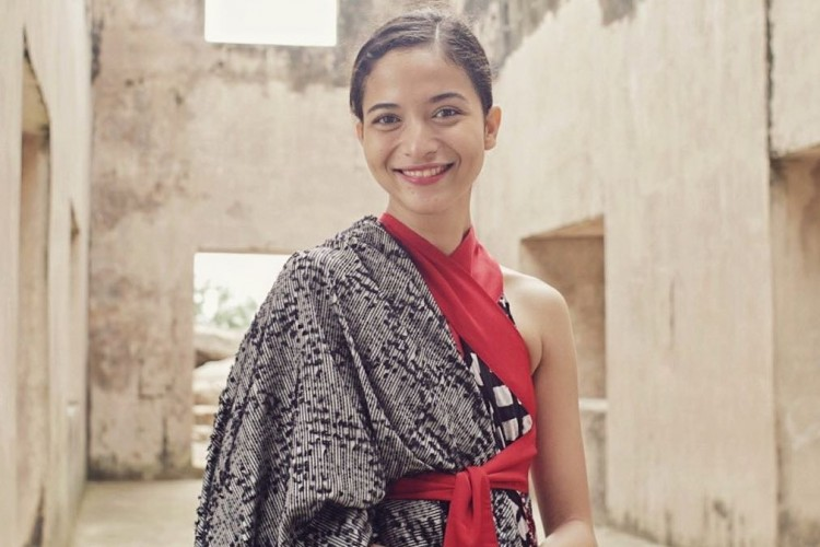 Menawan, Putri Marino Kenakan Busana Etnik