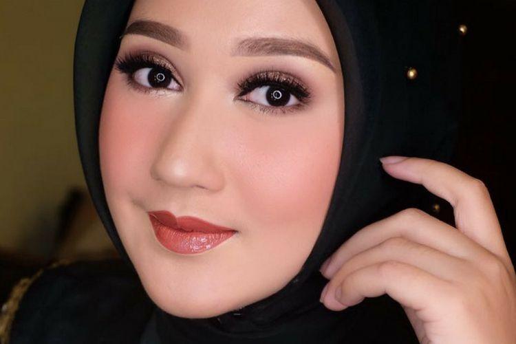 Lipstik atau Pensil Alis, Ini yang Dipilih Dian Pelangi