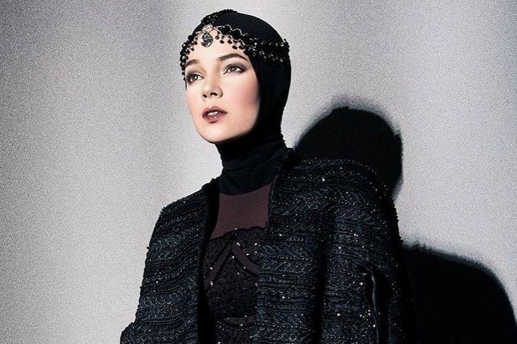 Selalu Tampil Memesona, Ternyata Ini Makeup Andalan Dewi Sandra