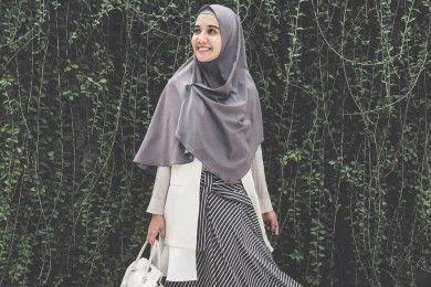 Cara Tampil Stylish Hijab Menutup Dada dari Zaskia Sungkar