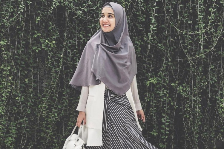 Cara Tampil Stylish dengan Hijab Menutup Dada dari Zaskia Sungkar