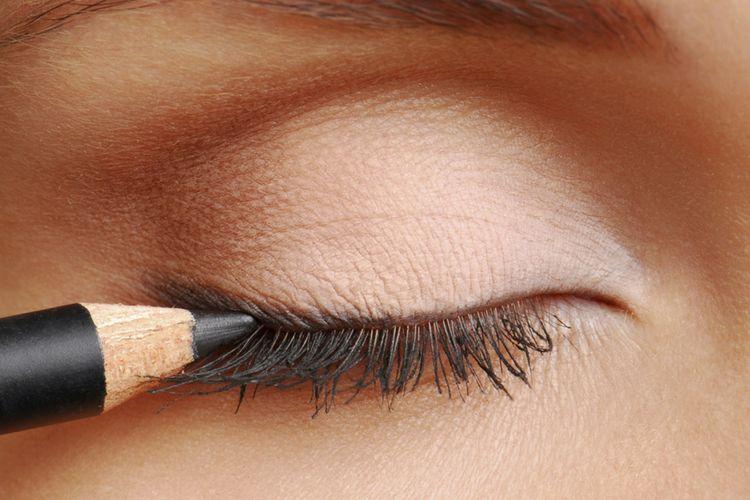 3 Tips Memakai Eyeliner untuk Kamu yang Bermata Kecil