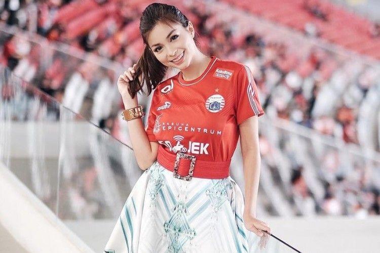 Selain Lahir di Pesawat Ini Fakta Lain Presenter Bola Sandra Olga