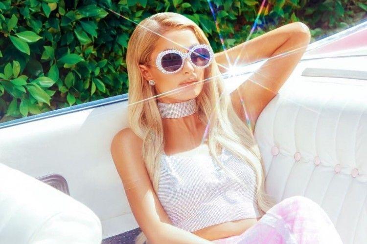 Paris Hilton x Boohoo tampilkan Koleksi yang Terinspirasi dari Tahun 2000-an