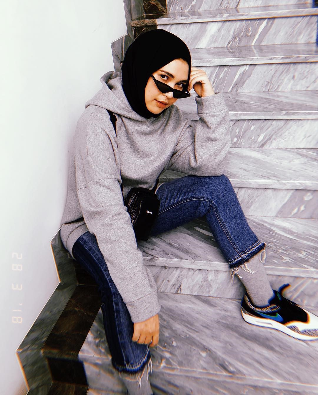 Inspirasi OOTD Hijab Rani Hatta yang Serba Hitam