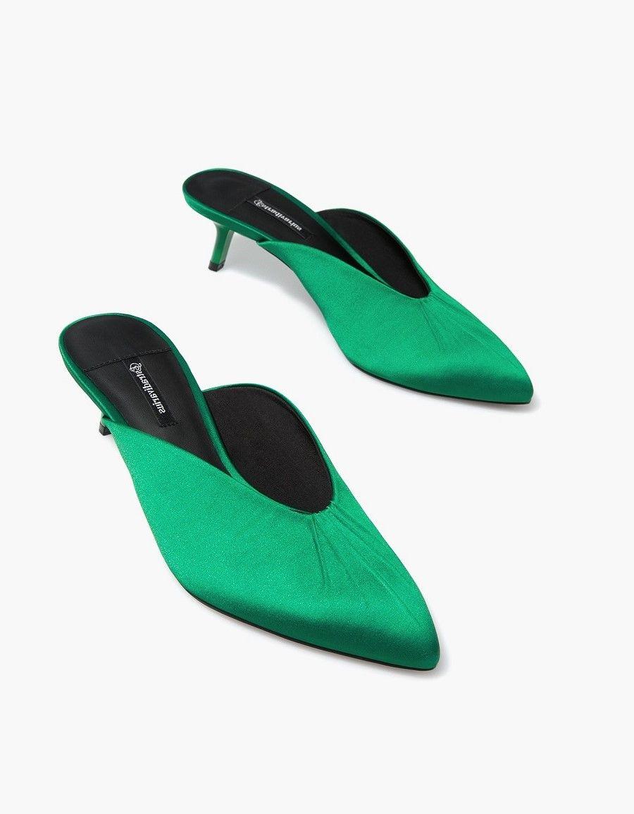 Mules: Alas Kaki Nyaman yang Digemari Para Fashionista