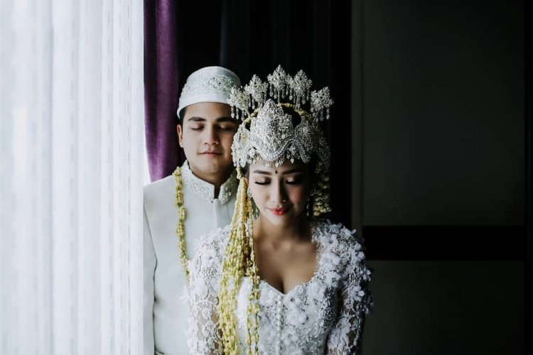Adzana Bing Slamet Bergaya Glamor di Hari Pernikahannya