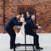 Kocak! 11 Photobomb Pernikahan Ini Bikin Kamu Geleng-Geleng Kepala