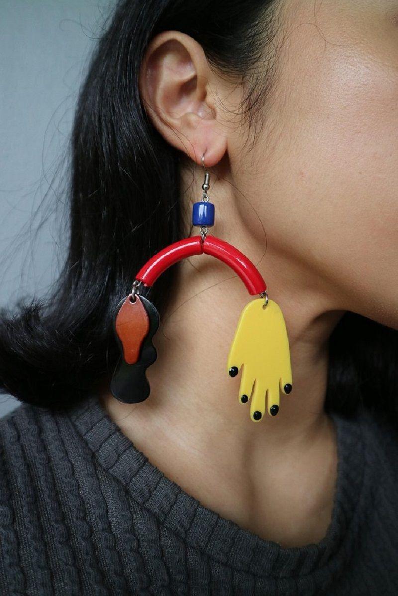 Tampil Keren Dalam Sekejap Memakai Oversized Earrings