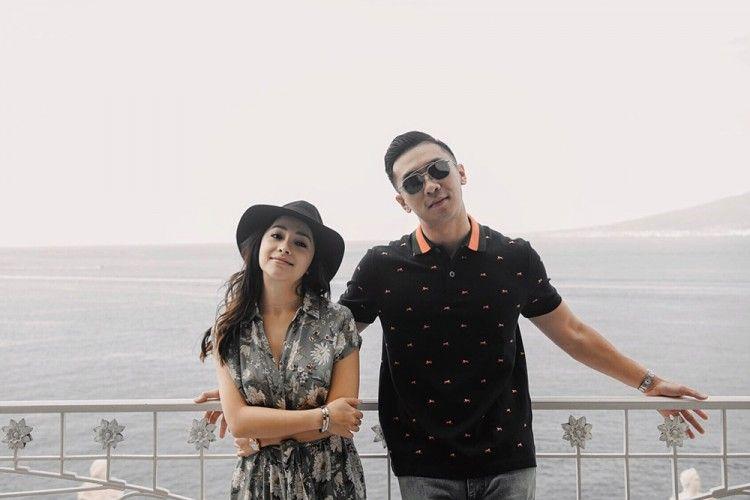 7 Pasangan Artis yang Sering Pamer Kemesraan di Media Sosial