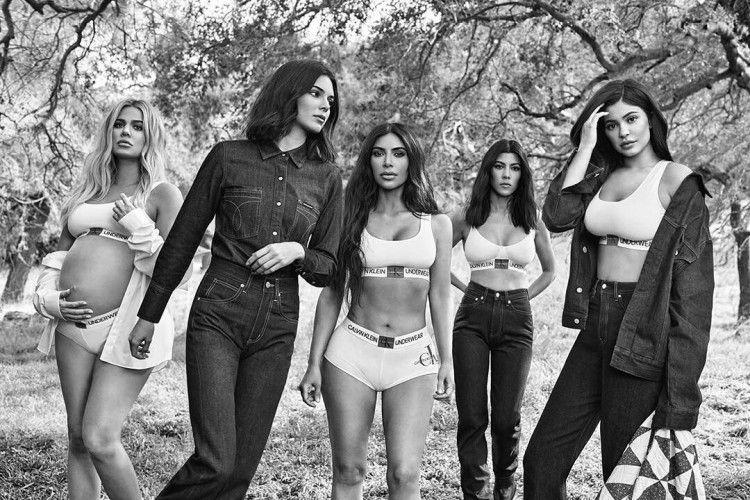 Ada yang 'Nongol' saat Kardashian Sisters Foto mengenakan Pakaian Dalam