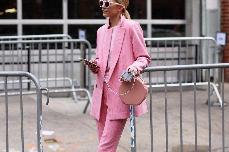 Saatnya Kembali Investasi Busana Warna Pink Millennial
