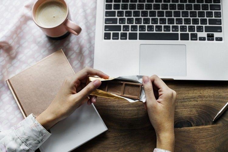 Kerjaan Numpuk, Perlukah Makan Sambil Kerja di Depan Laptop?