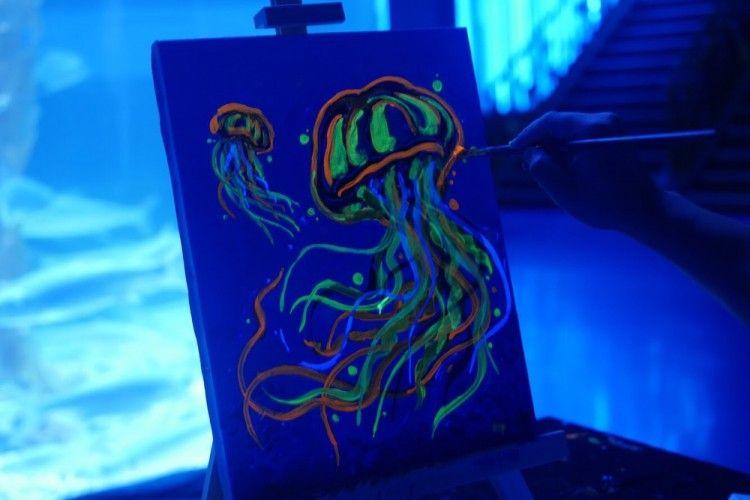 Melukis dalam Gelap dengan Bartega Studio di Tengah Akuarium Megah