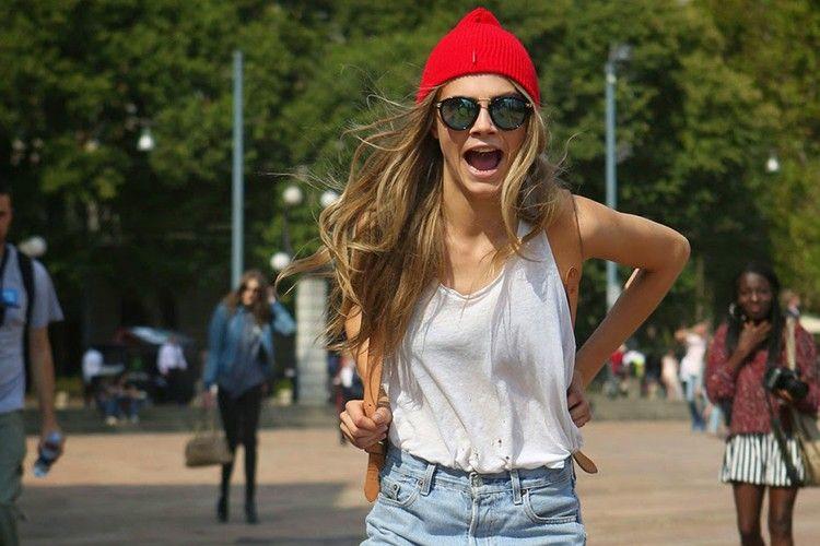 Ide Mengombinasikan Celana Jeans A la Cara Delevingne yang Santai