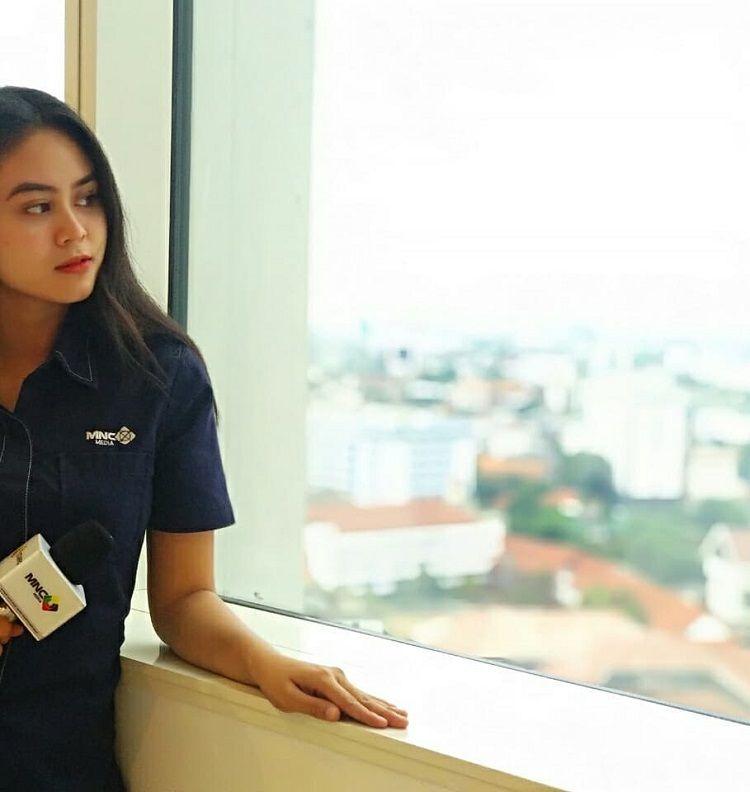 Mengenal Dwinda Ratna, Wartawan Gosip yang Jadi Tunangan 'Tukang Ojek'