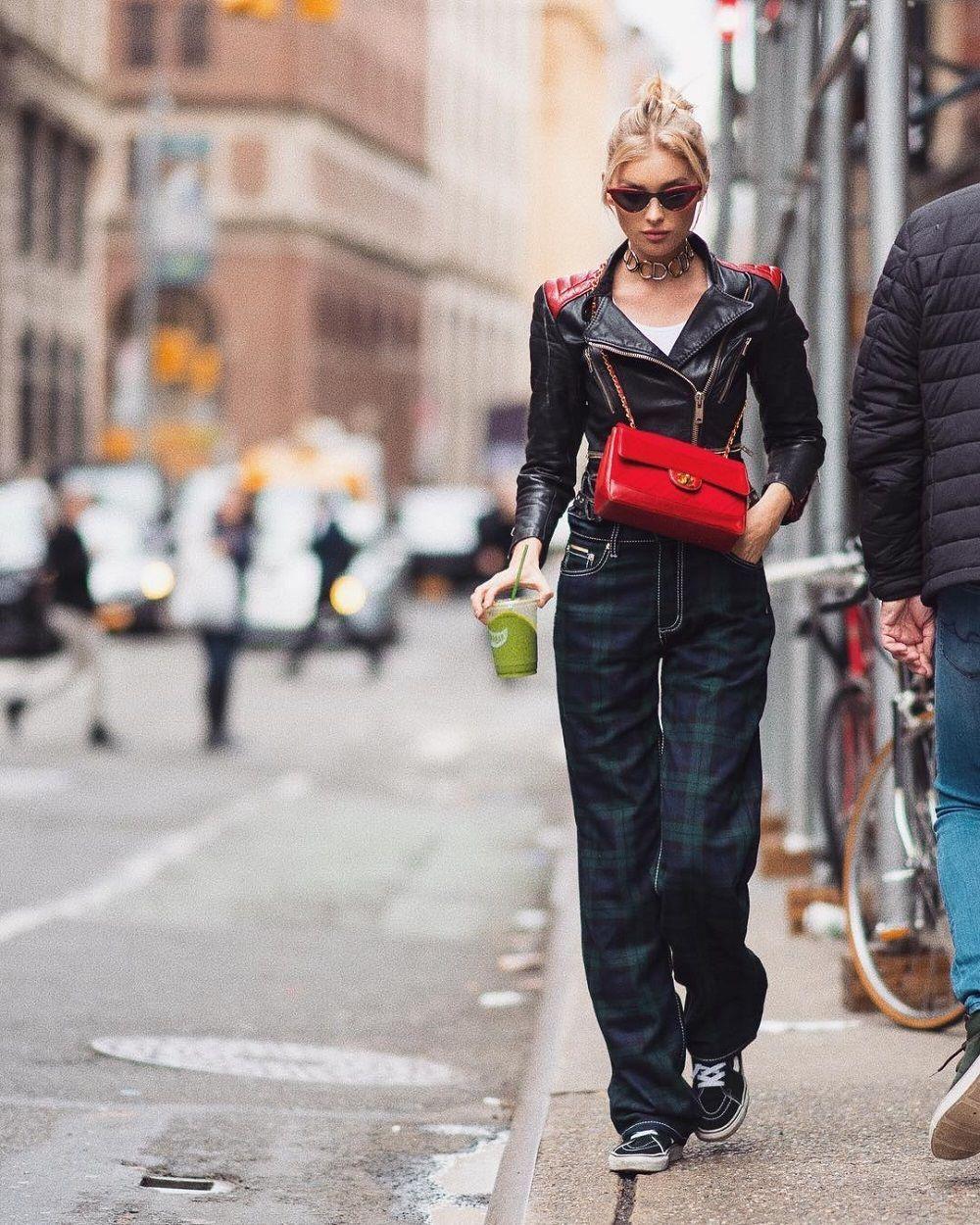 5 Tips OOTD dari Elsa Hosk, Model yang Mengenakan 'Fantasy Bra'