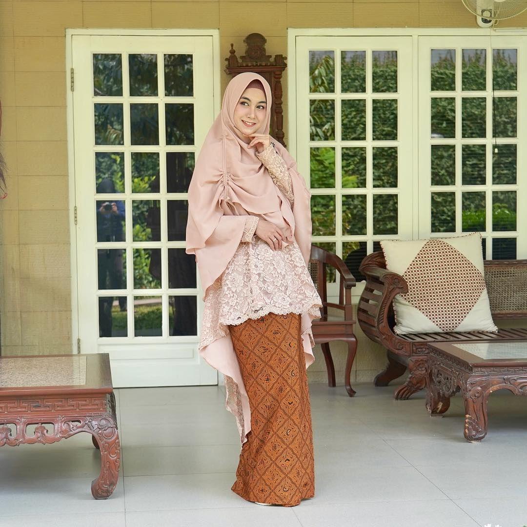 5 Model Kebaya Hijab a la Selebriti Agar Penampilanmu Lebih Up-to-Date