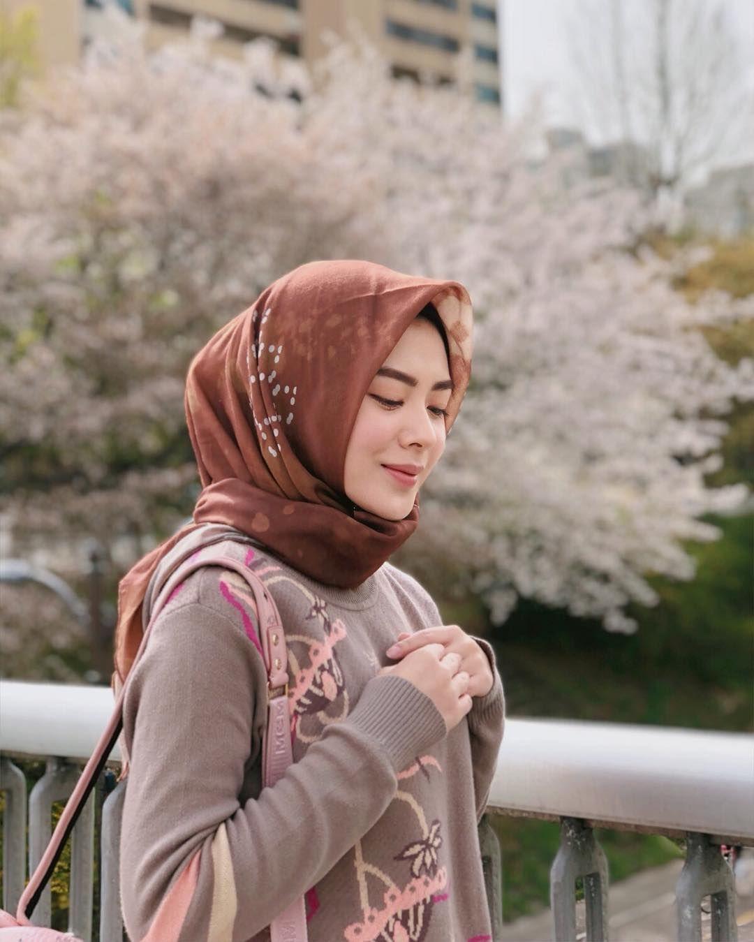 4 Trik Aplikasikan Hijab Segi Empat dari Ayana Moon untuk Daily Outfit