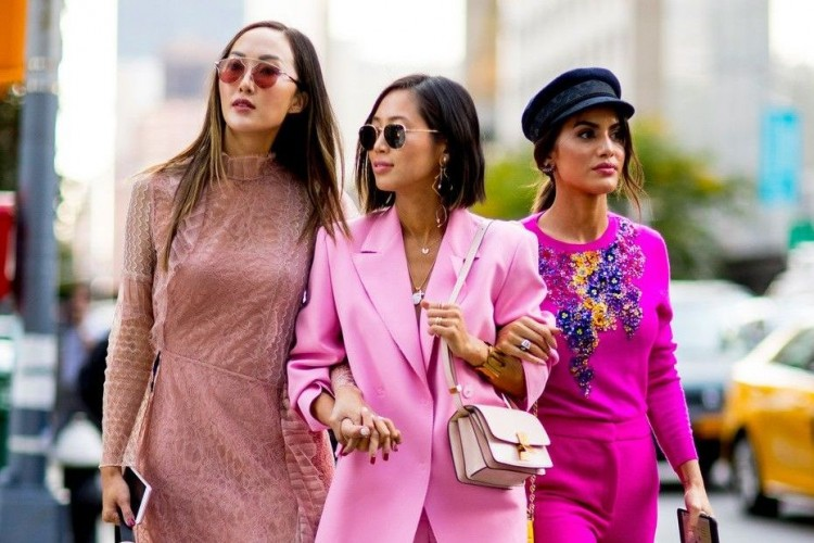 Ini Alasan Mengapa Kamu Wajib Investasikan Outfit Warna Pink