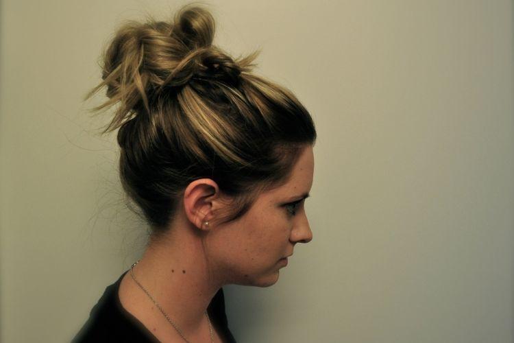 5 Gaya Rambut Messy Bun yang Bisa Kamu Coba