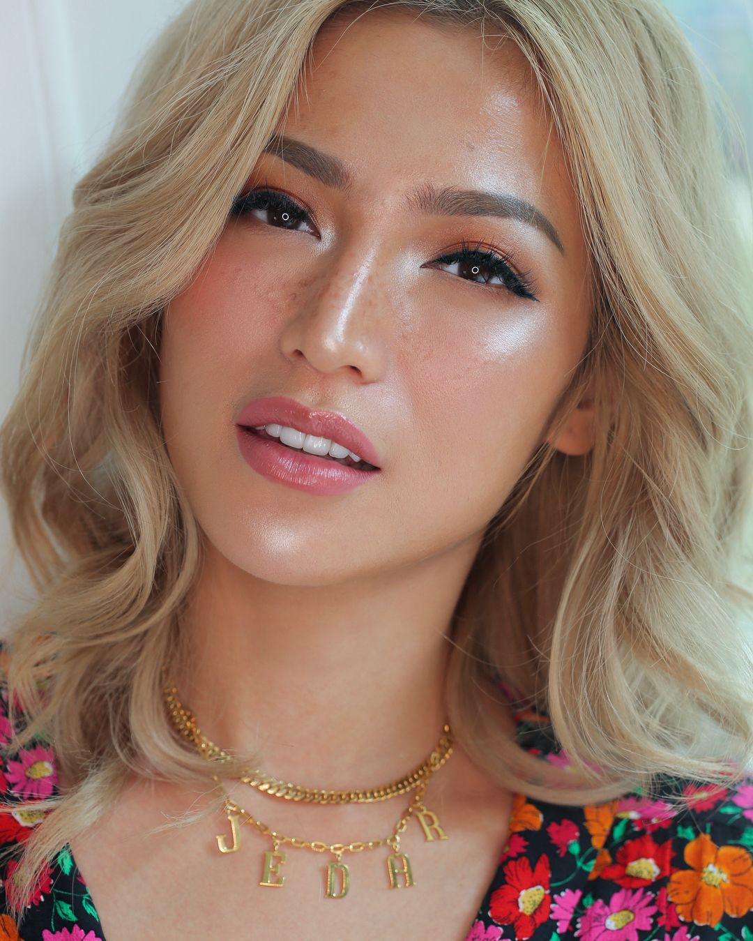 Tips Makeup 'Becek' yang Glowing dan Faux Freckless a la Vinna Gracia