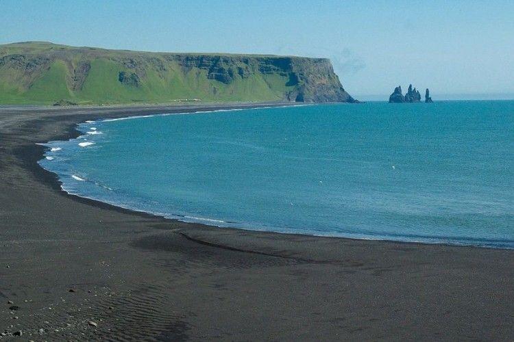 Eksotis Banget! Ini 7 Pantai Berpasir Hitam Terindah di Dunia