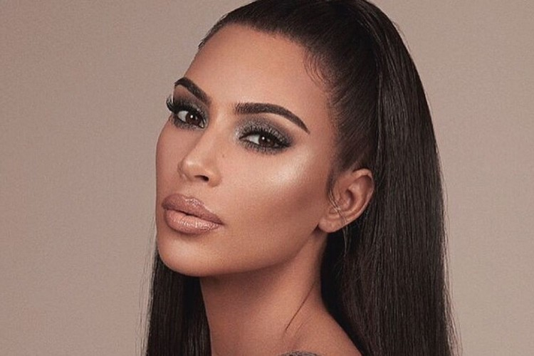 Ngaku Sering Ketiduran Pakai Makeup, Kulit Kim Kardashian Bikin Iri!