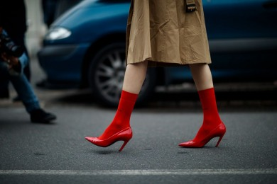 5 Cara Bikin Gayamu Kelihatan Standout dengan Sepatu Warna Merah