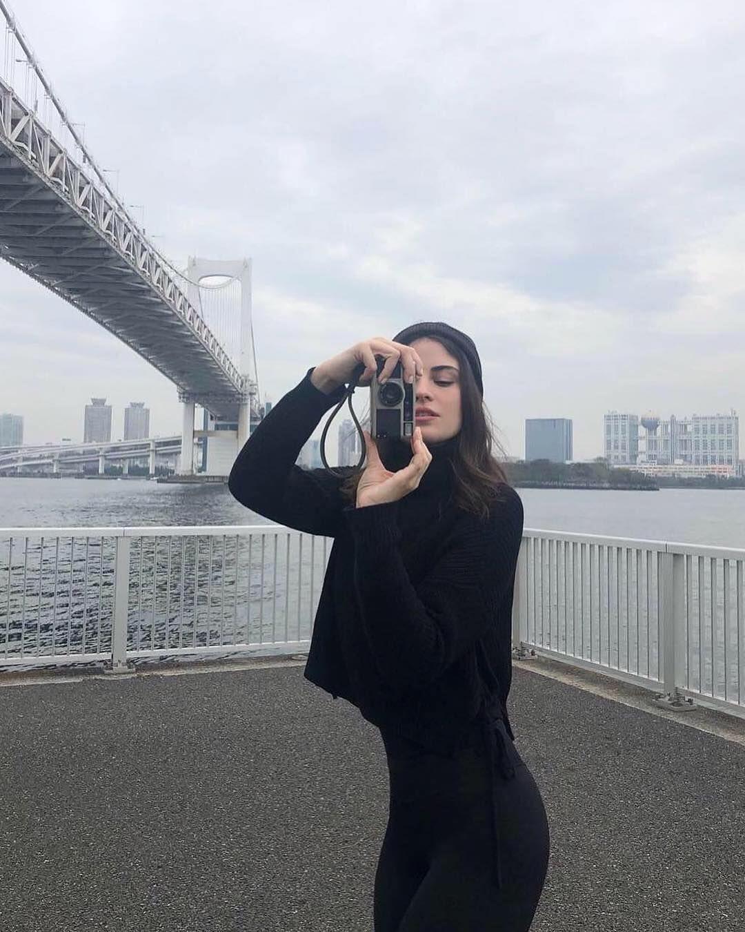 Mendadak Terkenal, Intip Ketika Fiji Water Girl Liburan ke Jepang